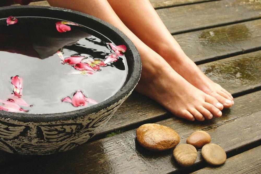 Делайте ванночки для ног с солями и травами