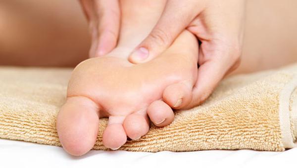 Для стопы ног массаж рекомендован при поперечном и продольном плоскостопии