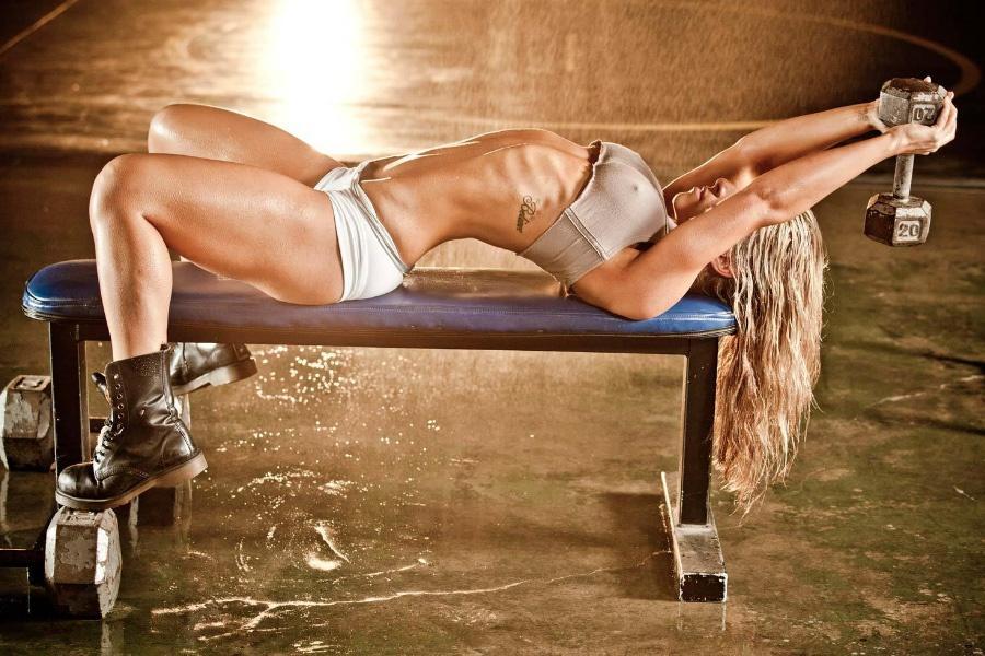 Для упражнений понадобится скамья или табурет