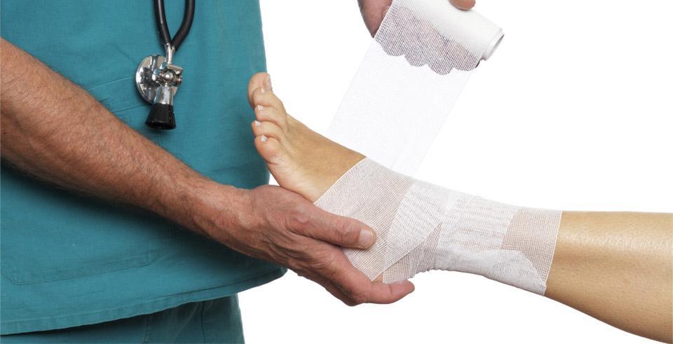 Лечением травм и вывихов должен заниматься опытный врач