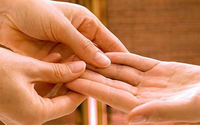 Массажисты советуют массировать каждый день кисти рук