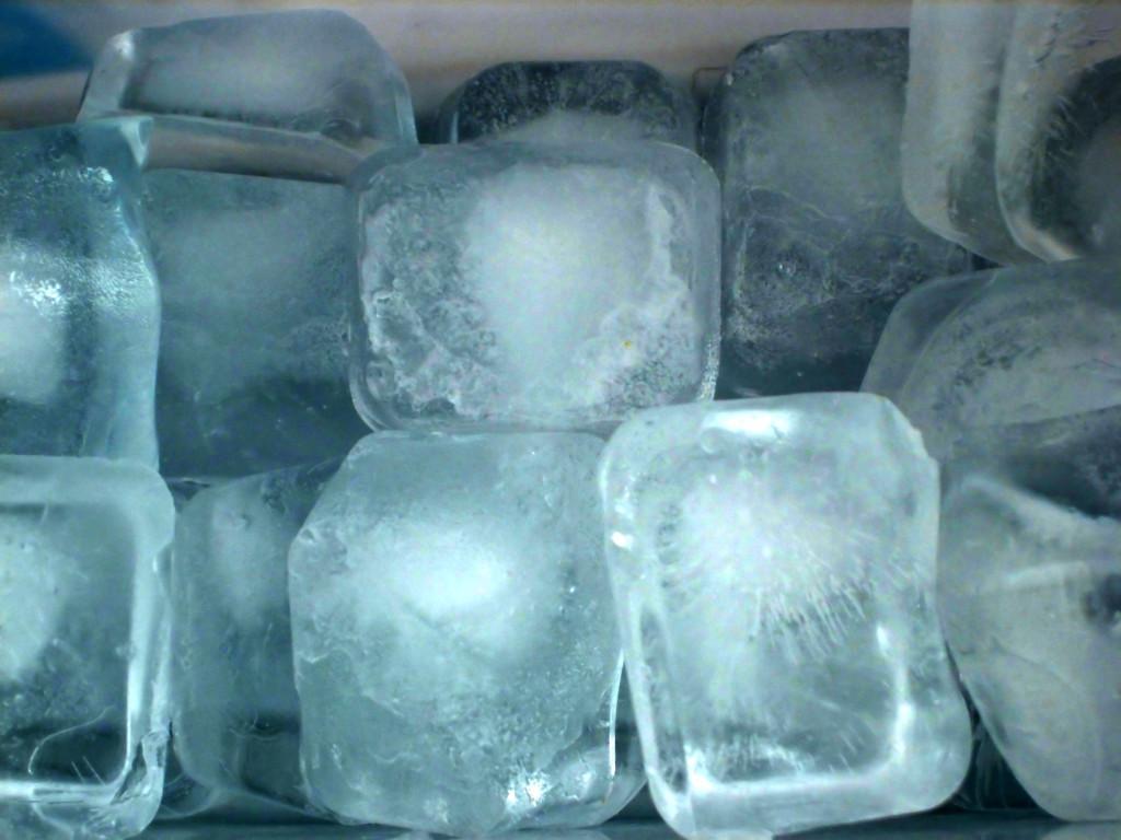Массаж кубиками льда после прогревания колена