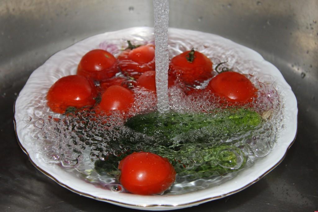 Обязательно нужно мыть овощи и фрукты