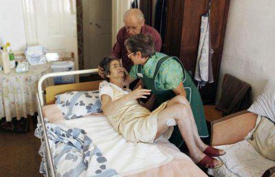 Умирает больной не от самой болезни Альцгеймера, а от истощения, инфекций или пневмонии, сопутствующих данной патологии