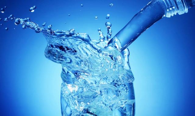 При первых симптомах интоксикации очень важно следить за тем, чтобы в организм поступала жидкостьа