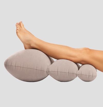 Держать ноги лучше в приподнятом положении