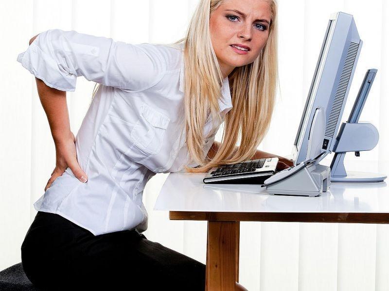 Боль вынуждает больных часто менять позу, опираться на вытянутые руки, пододвигаться на переднюю часть сидения или же всем туловищем прижиматься к спинке стула