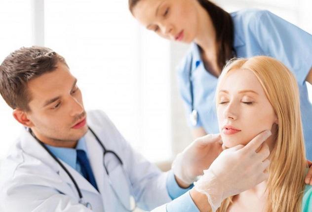 Если першит горло, лучше обратиться к врачу