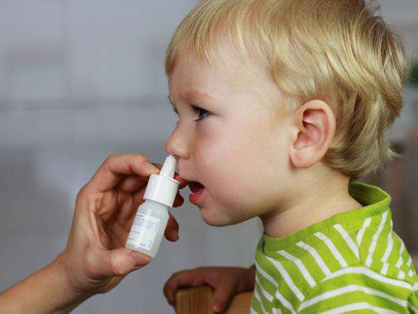 Мальчику используют спрей в нос
