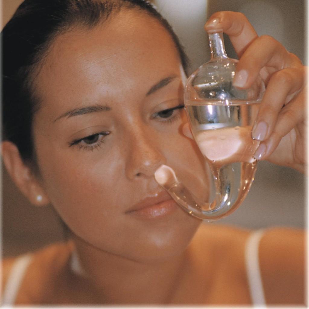 На фото промывание носа
