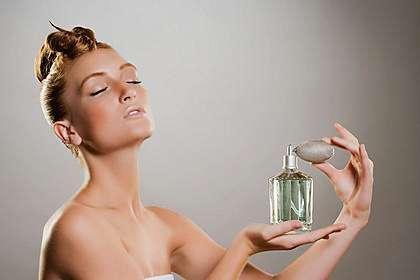 Не стоит наносить парфюм на кожу груди