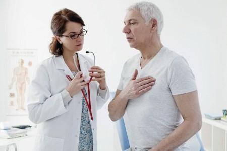 С болями в груди стоит обратиться к врачу