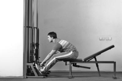 Упражнение на универсальной скамье