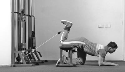 Выполнение упражнения на бицепс бедра
