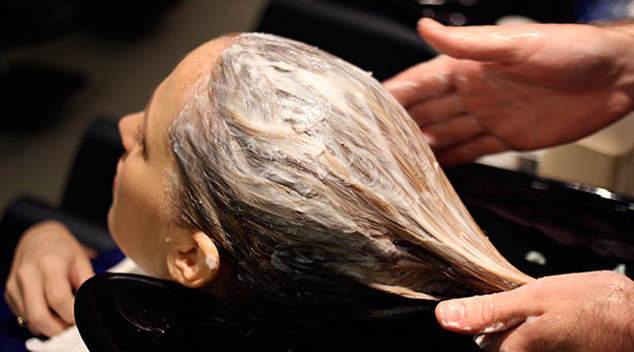 Наносим смесь на волосы