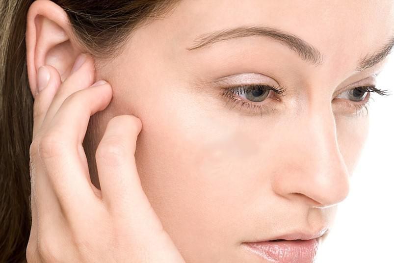 Зуд в ушах причина, лечение народными средствами
