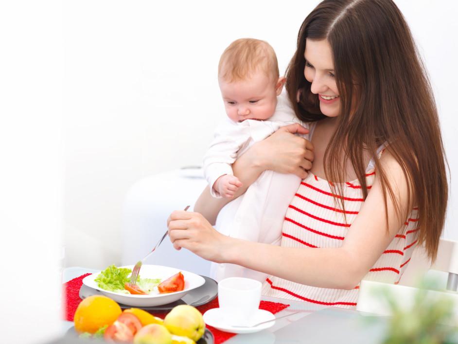 Маме, кормящей грудью ребенка, нужно придерживаться гипоаллергенной диеты