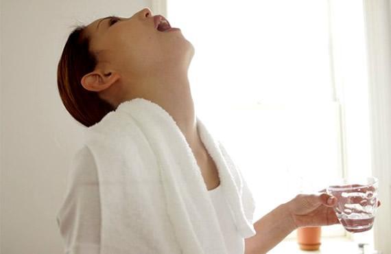 Полоскания помогают снять отек горла