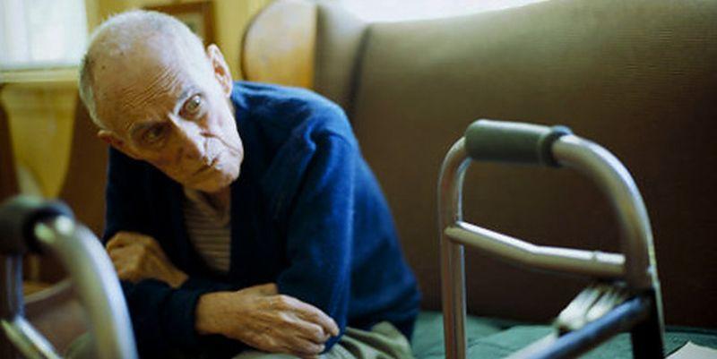 При деменции пожилому человеку сложно вспоминать точные даты и конкретные события