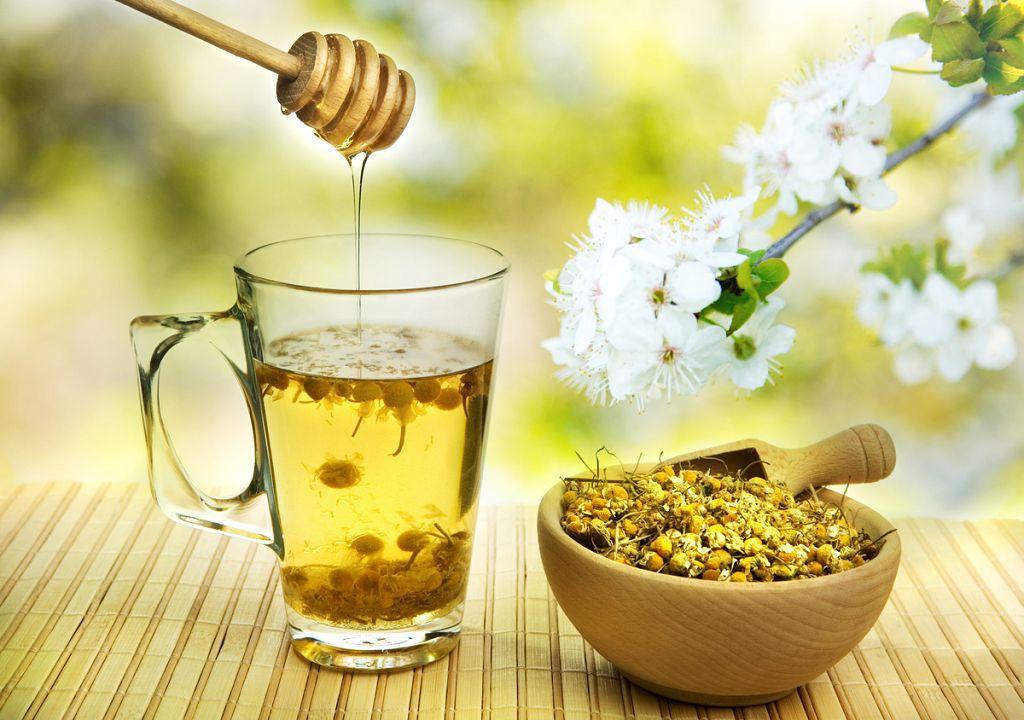 Теплый ромашковый чай с методом помогает устранить причины потери голоса