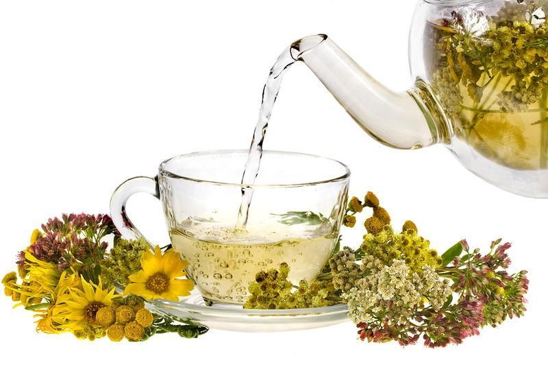Хорошо влияют на работу кишечника отвары трав и травяные чаи