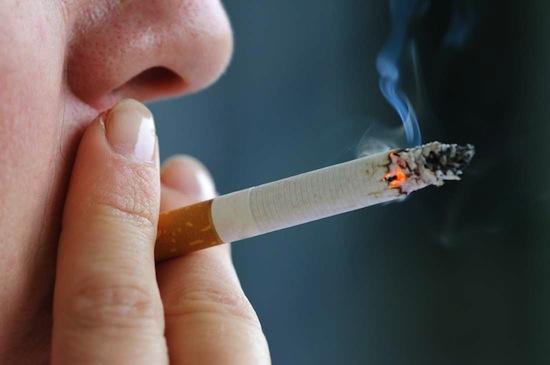 Боль в горле может спровоцировать курение