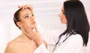 Врач Дерматолог поможет установить причину возникновения прыщей на щеках