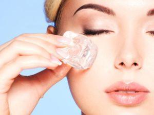 Ежедневный массаж кубиками льда помогает снимать отеки под глазами и омолаживает кожу лица