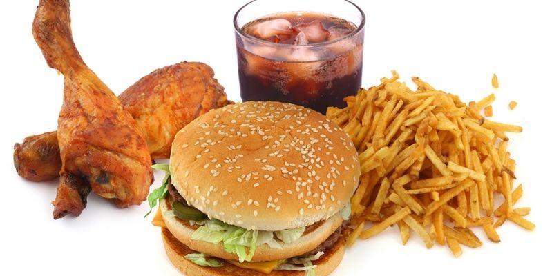 Неправильное питание - одна из причин появления прыщей