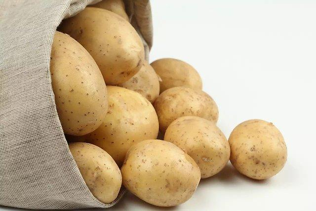 Примочки из сока картофеля, капусты и моркови благотворно скажутся на состоянии кожи при сухой экземе