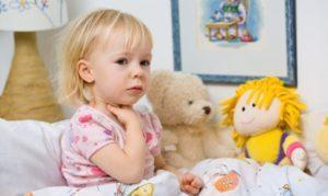 При боли в горле ребенку необходимо обеспечить постельный режим