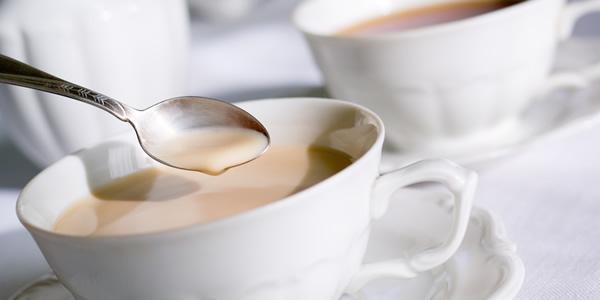 Чай с молоком – прекрасное средство для устранения отеков