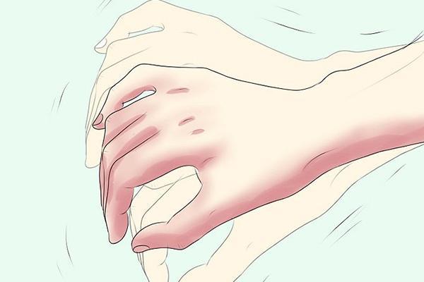 Дрожание рук - один из признаков инсульта и микроинсульта
