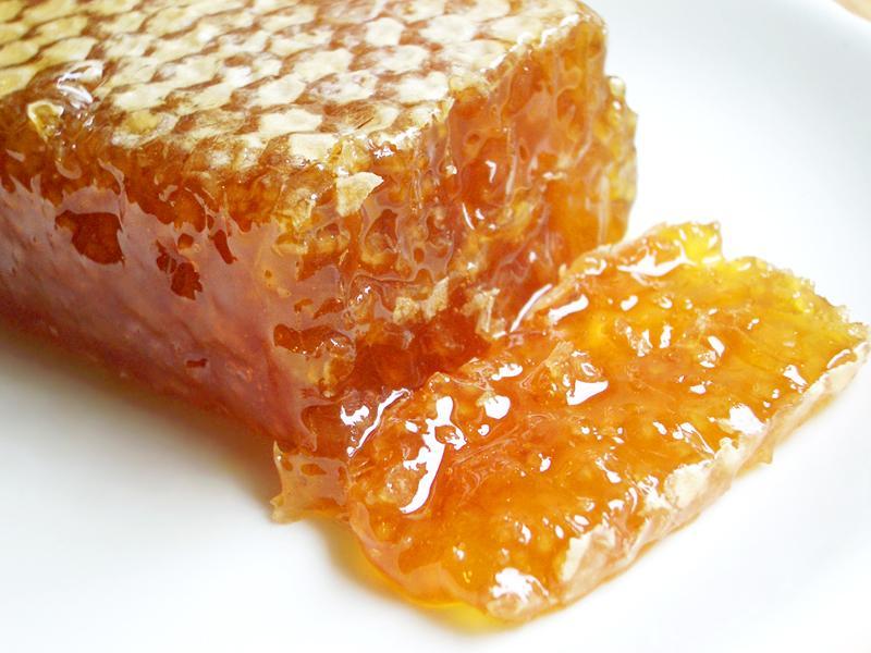 Пчелиный мед устраняет патогенную микрофлору и подпитывает полезную
