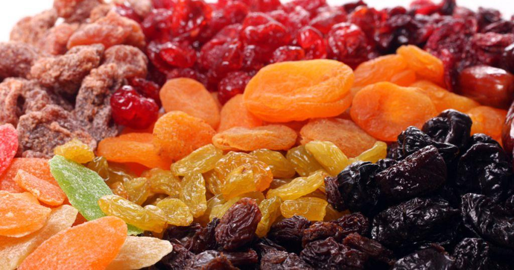 Сухофрукты содержат много витаминов A, C, PP, K, которые необходимы для укрепления иммунитета