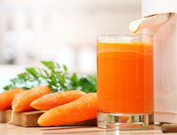 Улучшить вкус картофельного сока можно с помощью добавления в него морковного сока