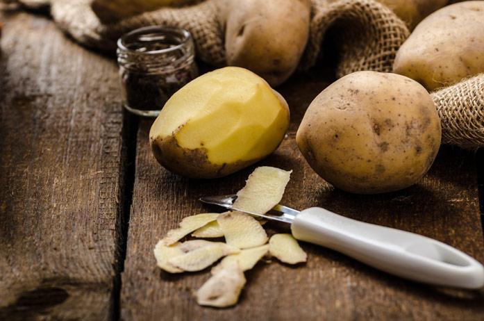 При применении компрессов из картофельной шелухи улучшается циркуляции крови