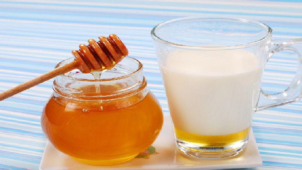 Молоко с медом - это классический рецепт лечения боли в горле