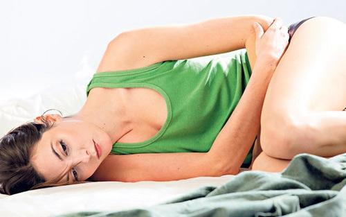 Тянущая боль внизу живота у женщин: причины и способы лечения