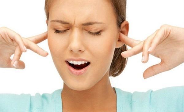 Заложило ухо при насморке: что делать?