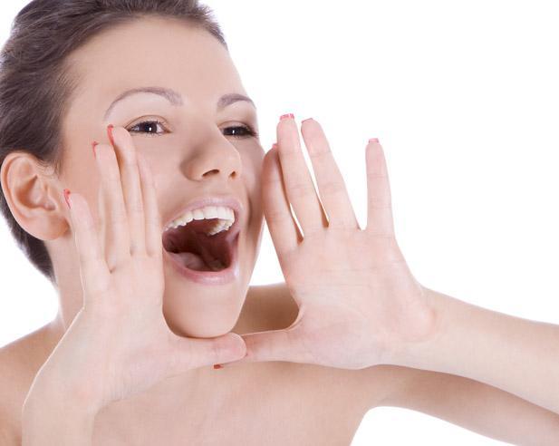 На появление боли в горле может повлиять чрезмерно громкое пение, речь