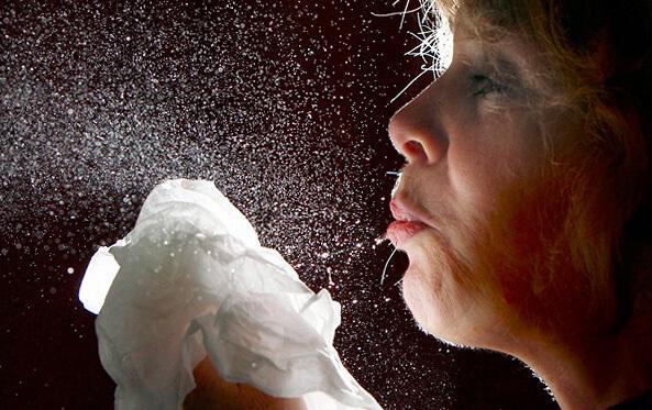 Вместе с каплями слюны при каждом чихании в воздух попадают миллионы бактерий