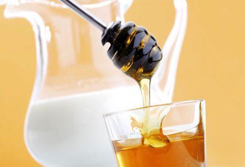 Мед и молоко - ингредиенты отбеливающих масок и лосьонов