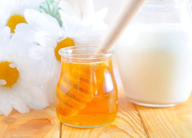 Молоко с медом эффективное средство в борьбе с болью в горле