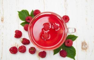 Ромашковый чай с малиной оказывает общеукрепляющее и успокаивающее действие