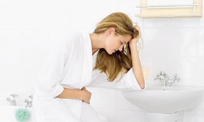 Первыми симптомами заболевания является боль в кишечнике, тошнота и рвота