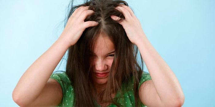 Если ребенок постоянно чешет голову это может быть симптомом появления вшей