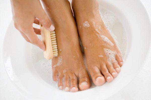 Необходимо регулярно мыть ноги