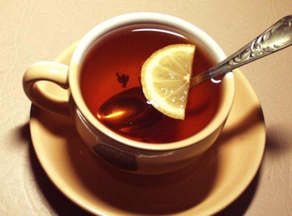 Для повышения давления можно выпить чашку чая с лимоном