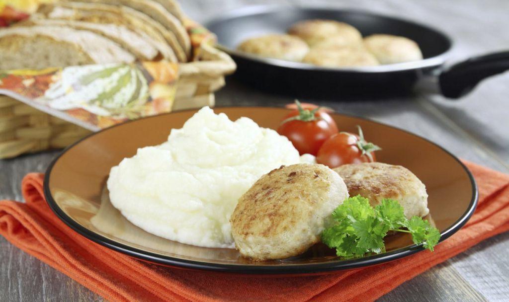 На обед небольшая порция картофельного пюре с кусочком мяса приготовленного на пару